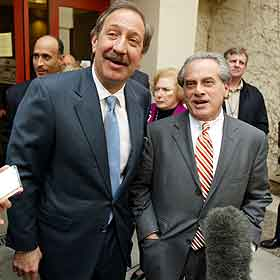 Advokatene Mark Geragos (til venstre) og Ben Brafman, som har fått sparken. Foto: Max Morse, AP)