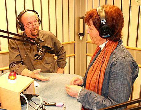 Så å si alle P1-programmer har fått flere lyttere i løpet av 2004. Her er det Helge Gudmundsen og Marie Aakre som forbereder andakten. (Foto: Jon-Annar Fordal)