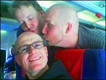 Jan Erik Larssen, Tor Bergebakken og Alexander Berg-Hansen ønsker hverandre lykke til før flyturen. (Foto: Bjørnar Fjeldvær)