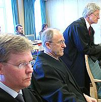 OVDS-forsvarer Johan Fr. Remmen (i midten) sier revisorgodkjenning ikke var viktig for ti år siden. Her sammen med forsvarerne Hugo Storø (t.v.) og Harald Stabell.