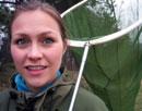 Unni jakter på en av de over 2.100 norske sommerfuglartene. Foto: NRK.
