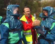Redningsmannskap fikk prøve vernedrakter for å beskytte seg mot farligre gasser. Foto: Tor Sivertstøl