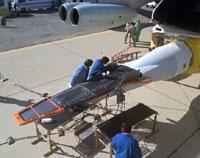 X-43A er en ny type romfartøy som her festes på et B52 bombefly. Foto: NASA