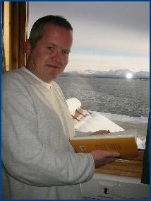 Øystein Hauge er en av poetene som du kan bestille hjem, til hotellrommet eller på jobb. Foto: Gunnar Sandvik