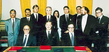 Hovedaktørene bak Oslo-avtalen da den ble signert i Parkveien 45 i Oslo. I midten ved bordet sitter tidligere utenriksminister Johan Jørgen Holst. Foto: Overvåkingspolitiet/NTB PLuss