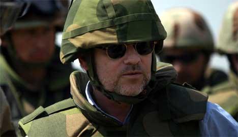 Jan Petersen under sitt besøk i Basra i mars. (Foto: Scanpix / Forsvaret)