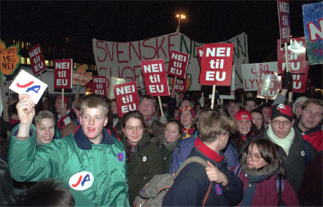 Et splittet folk stemte over norsk EU-medlemskap i november 1994. Det endte med nei. Bildet er fra en demonstrasjon i Tromsø før avstemningen. (Arkivfoto: Gorm Kallestad/Scanpix)