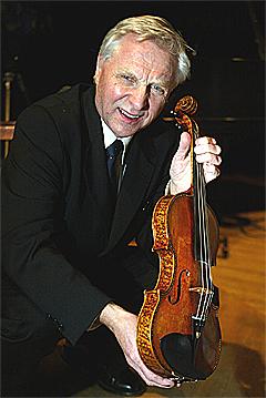 Her holder Arve Tellefsen en Stradivarius-fiolin som i sin tid tilhørte Ole Bull. Foto: Knut Falch, Scanpix.