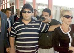 Diego Maradona og Claudia Villafane for fire år siden da de fortsatt var gift. Nå besøker hun eks-mannen hver dag dag på sykehuset. (Foto: AP/Scanpix)