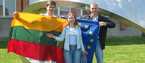 Vi er veldig klare for EU, seier studentane (f.v.) Danielus Kazlovskis, Meringa Sukyte og Kristijonas Valatka frå Vilnius. (Alle foto: Bent J. Tandstad)