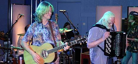 Aslag Haugen og Arne Moslåtten i Hellbillies spilte i Studio 19 på Marienlyst onsdag 28. april 2004. Foto: Jørn Gjersøe, nrk.no/musikk.