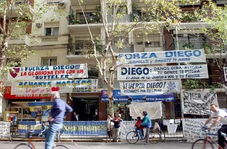 Bannere med lykkeønskninger utenfor sykehuset der Diego Maradona er innlagt. (Foto: AP/Scanpix)