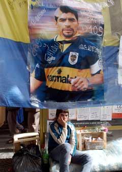 Maradona-supporteren Diego Duarte venter på meldinger om sitt idol utenfor sykehuset i Buenos Aires. (Foto: AP/Scanpix)