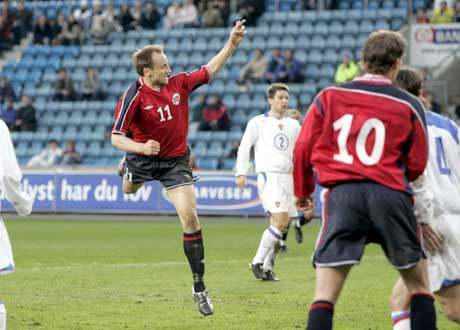 Ikke mange på tribunene bak Sigurd Rushfeldt da han ga Norge ledelsen 2-0. (Foto: Cornelius Poppe / SCANPIX)