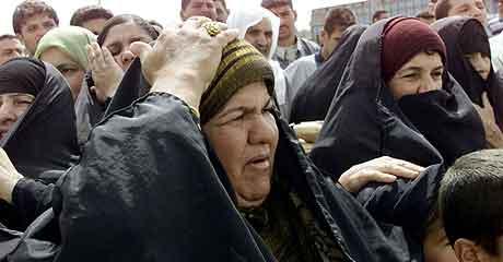 Kvinner venter på å få komme tilbake til Falluja. Foto: Mohammed Khodor, Reuters