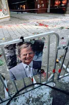 Statsminister Olof Palme ble drept i sentrum av Stockholm om kvelden 28. februar 1986, og sørgende landsmenn valfartet til åstedet lang tid etterpå. . (NB-arkivfoto)