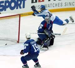 Kasakhstans Roman Kozlov scoret det første målet i kampen mot Frankrike. (Foto: Reuters/Scanpix)