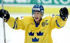 Sveriges kaptein Jörgen Jonsson jubler over utligningen. (Foto: AFP/Scanpix)