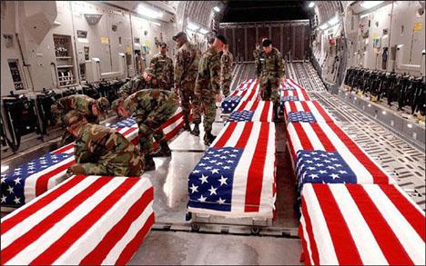 Drepte amerikanske soldater fraktes fra Irak til USA. (Foto: AP/Scanpix)