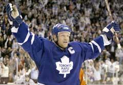 Toronto Maple Leafs Mats Sundin feirer sitt andre mål mot Philadelphia Flyers. (Foto: Reuters/Scanpix)