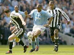 Manchester Citys Paolo Wanchope scoret mot Newcastle. Her i kamp mot Titus Bramble og Andy O Brien. (Foto: AP/Scanpix)