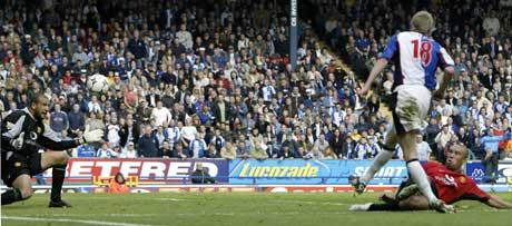 Blackburns Jonathan Stead setter inn vinnermålet. (Foto: Reuters/Scanpix)