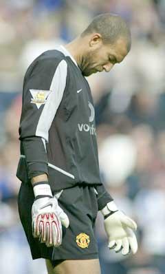 Manchester Uniteds keeper Tim Howard er tydelig skuffet. (Foto: Reuters/Scanpix)