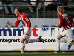 Ole Martin Årst, fulgt av Morten Gamst Pedersen, jubler etter at han ga Tromsø ledelsen 1-0. (Foto: Erlend Aas / SCANPIX)