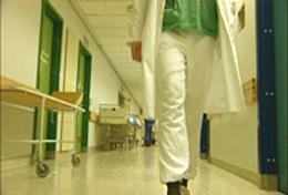 Legene ved norske sykehus hadde et godt lønnsoppgjør i fjor. Det var så godt at sykehus-budsjettene ble sprengt med til sammen 900 millioner kroner.