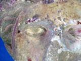 Skulptur av kvinnehode fra 450 f.Kr. sett med ultrafiolett lys.