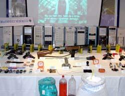 En del av beslaget politiet gjorde - våpen, PC-er, CD-innspilte taler av Osama bin Laden og utstyr til bombeproduksjon. (Foto: AP)