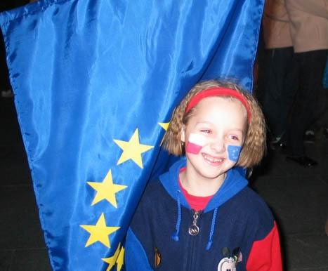 Natalja (11) var blant titusenvis av polakkar som feira EU-medlemskapen i Warsawa denne helga. (Alle foto: Bent J. Tandstad)