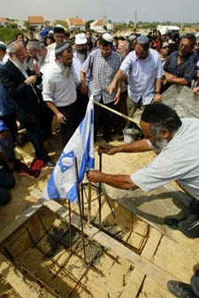 Israelske nybyggere legger grunnsteinen for et nytt boligfelt i Gazastripen. (Foto: Oded Balilty, AP)