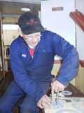 Maskinsjef på Skibladner Åsmund Haugan skjærer ut nye pakninger til dampmaskina.