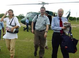 Norges fredsmekler Erik Solheim mellom Norges Sri Lanka-ambassadør Hans Brattskar og Kjersti Tromsdal ved ankomst til tamil-området i dag. (Foto: AFP/Tamilnet)