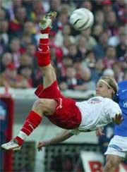 Roger Risholt viser litt akrobatikk i kampen mellom FFK og VIF. ( Foto: Morten F. Holm / SCANPIX )