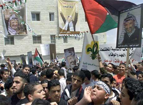 Flere tusen tilhengere samlet seg utenfor hovedkvarteret for å beskytte sin leder (Scanpix/AFP)