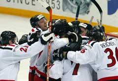 De sveitsiske spillerne feirer kvartfinale-plassen. (Foto: AFP/Scanpix)