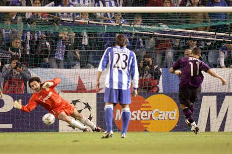 Derlei (t.h.) scorer seiersmålet på straffespark mens Molina ikker rekker helt frem. (Foto: AFP/Scanpix)