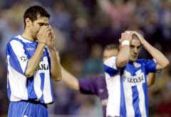 Deportivo La Corunas Juan Carlos Valeron og Walter Pandiani fortvilte. (Foto: Reuters/Scanpix)