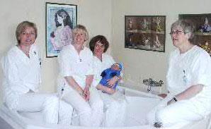 Jordmødrene på Gjøvik venter på første baby som blir født i vann. Anne Kari Gjestvang, Anne Holsen Aasberg, Sidsel Grydeland (m innlånt guttebaby Døssland fra Hurdal ) og Hanne Borre Wærness.