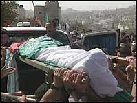 13 år gamle Muayyad Osama Jawarish blir båret gjennom gatene i Betlehem (foto: APTN).