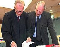Stig Nerdal (t.h.)og advokat Lyngtveit. Foto: NRK