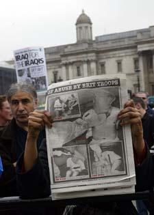 Oppslaget i Daily Mirror ble et hett 1. mai-tema i London. (Foto: A. Abbonizio, AFP)