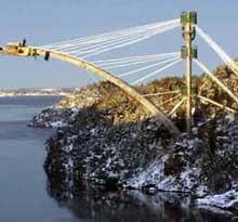 Gigantkrana ble først brukt til å flytte betongbiter da tårnene, som var reist på hver side av fjorden, skulle rives. Foto Statens vegvesen.