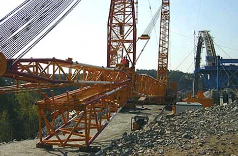 Kranen har en løftekapasitet på 600 tonn. Den rager rundt 100 meter til værs. Foto Cecilie Eide Ulseth/ Jan Ola Sundin