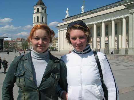 BIrute og Nadiezda er begge 21 år gamle og går på skule i Vilnius. Draumen er ein karriere i moteindustrien. (Foto:Bent J. Tandstad)