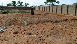 Ifølge Nigerias Røde Kors ligger det 630 drepte i denne massegraven (Foto: G.Osodi, AP)