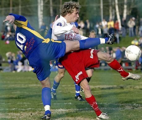 4.divisjonslaget Bøler I.F. holdt lenge god stand mot eliteserielaget Fredrikstad F.K. Her setter Bølers Kjell Arne Jerstad (i blått) en effektiv stopper for FFKs Dag Frode Hornseth. (Foto: Scanpix)