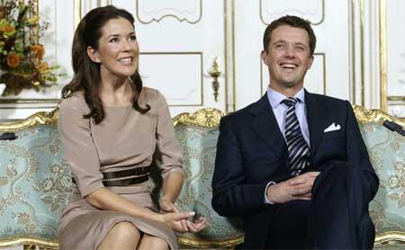 Nyforlovede kronprins Frederik og Mary Donaldson i Havesalen på Fredensborg slott i København. (Foto: Linda Henriksen / SCANPIX )